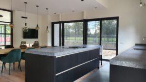 drijvers-oisterwijk-interieur-nieuwbouw-villa-zwarte-kozijnen-modern (2)