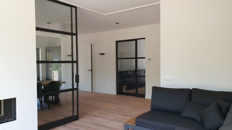 drijvers-oisterwijk-interieur-nieuwbouw-villa-zwarte-kozijnen-modern-stalen-schuif-deur (1)