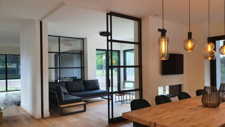 drijvers-oisterwijk-interieur-nieuwbouw-villa-zwarte-kozijnen-modern-stalen-schuif-deur (2)