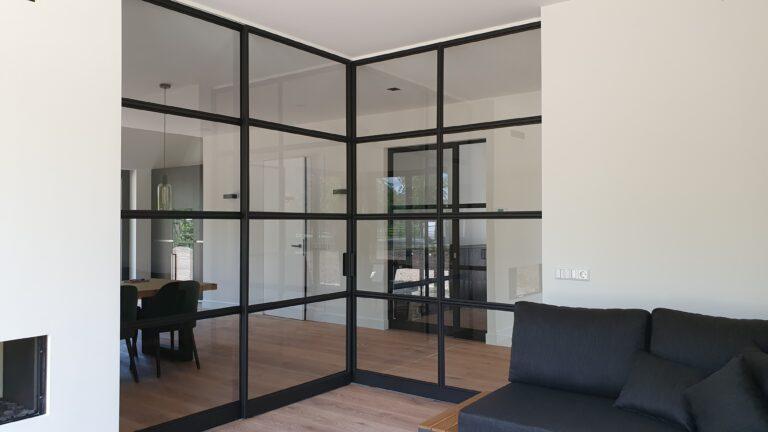 drijvers-oisterwijk-interieur-nieuwbouw-villa-zwarte-kozijnen-modern-stalen-schuif-deur (3)