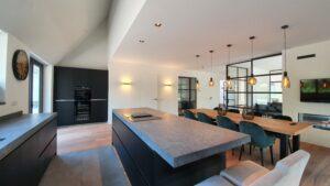 Drijvers Oisterwijk, stalen deur, keuken, doorkijkhaard-min