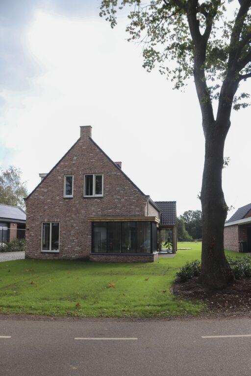 drijvers-oisterwijk-nieuwbouw-exterieur-woning-particulier-baksteen-dakpannen-hout-puien (3)
