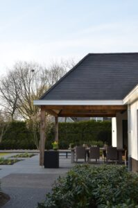 drijvers-oisterwijk-exterieur-nieuwbouw-villa-oisterwijk-modern-bakstenen-dakpannen-schoorsteen-wit (1)