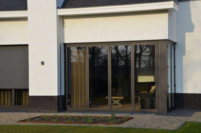 drijvers-oisterwijk-exterieur-nieuwbouw-villa-oisterwijk-modern-bakstenen-dakpannen-schoorsteen-wit (13)