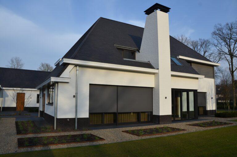 drijvers-oisterwijk-exterieur-nieuwbouw-villa-oisterwijk-modern-bakstenen-dakpannen-schoorsteen-wit (14)