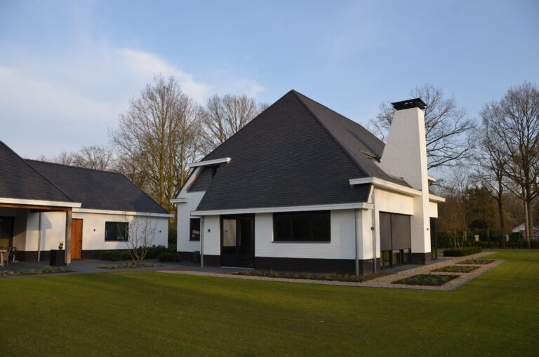 drijvers-oisterwijk-exterieur-nieuwbouw-villa-oisterwijk-modern-bakstenen-dakpannen-schoorsteen-wit (15)