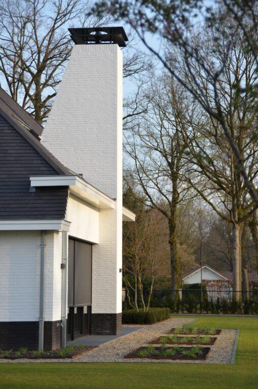 drijvers-oisterwijk-exterieur-nieuwbouw-villa-oisterwijk-modern-bakstenen-dakpannen-schoorsteen-wit (17)