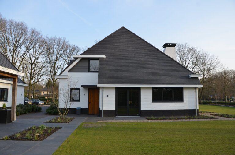 drijvers-oisterwijk-exterieur-nieuwbouw-villa-oisterwijk-modern-bakstenen-dakpannen-schoorsteen-wit (18)