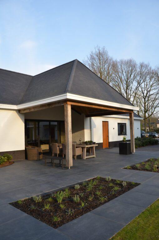 drijvers-oisterwijk-exterieur-nieuwbouw-villa-oisterwijk-modern-bakstenen-dakpannen-schoorsteen-wit (19)