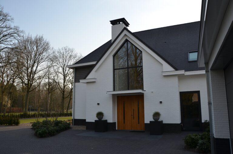 drijvers-oisterwijk-exterieur-nieuwbouw-villa-oisterwijk-modern-bakstenen-dakpannen-schoorsteen-wit (2)