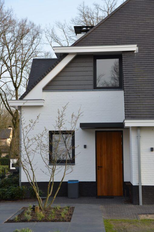 drijvers-oisterwijk-exterieur-nieuwbouw-villa-oisterwijk-modern-bakstenen-dakpannen-schoorsteen-wit (23)