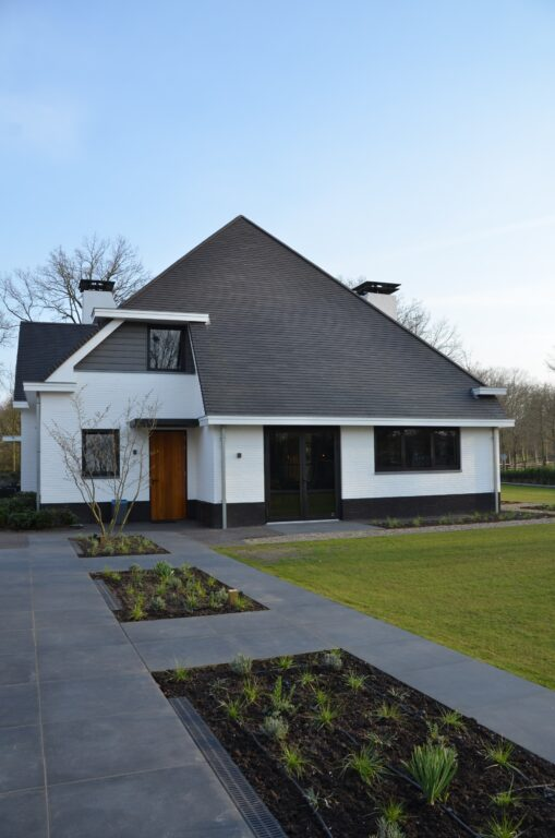 drijvers-oisterwijk-exterieur-nieuwbouw-villa-oisterwijk-modern-bakstenen-dakpannen-schoorsteen-wit (25)