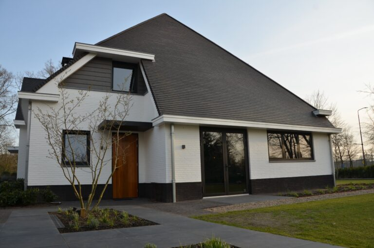 drijvers-oisterwijk-exterieur-nieuwbouw-villa-oisterwijk-modern-bakstenen-dakpannen-schoorsteen-wit (27)