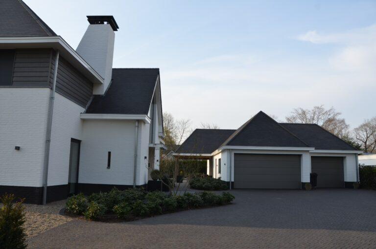 drijvers-oisterwijk-exterieur-nieuwbouw-villa-oisterwijk-modern-bakstenen-dakpannen-schoorsteen-wit (4)