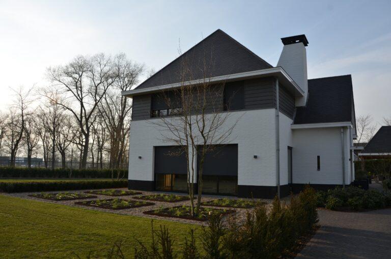 drijvers-oisterwijk-exterieur-nieuwbouw-villa-oisterwijk-modern-bakstenen-dakpannen-schoorsteen-wit (5)