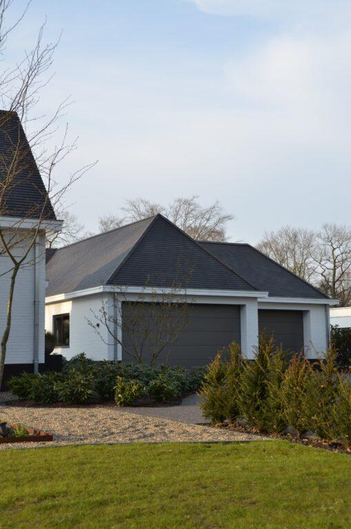 drijvers-oisterwijk-exterieur-nieuwbouw-villa-oisterwijk-modern-bakstenen-dakpannen-schoorsteen-wit (6)