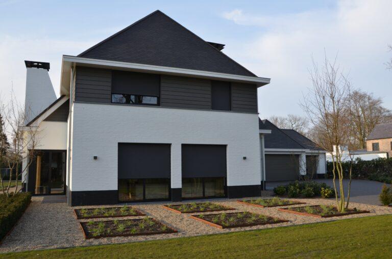 drijvers-oisterwijk-exterieur-nieuwbouw-villa-oisterwijk-modern-bakstenen-dakpannen-schoorsteen-wit (7)