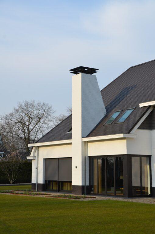 drijvers-oisterwijk-exterieur-nieuwbouw-villa-oisterwijk-modern-bakstenen-dakpannen-schoorsteen-wit (9)
