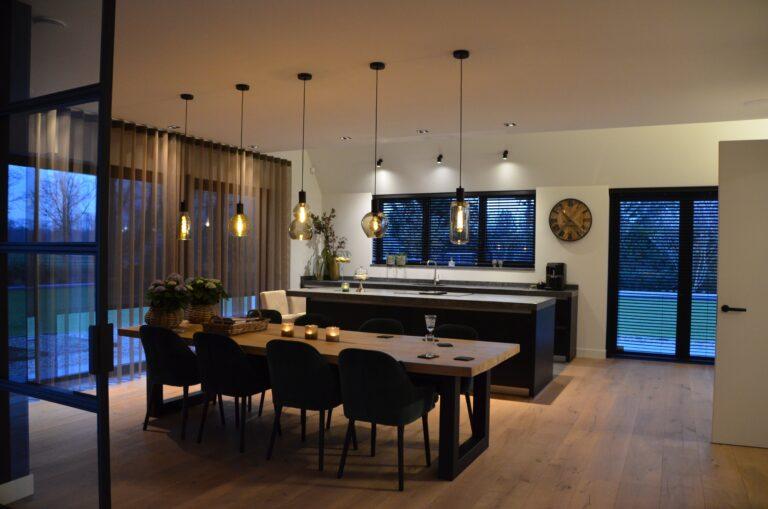 drijvers-oisterwijk-interieur-nieuwbouw-villa-zwarte-kozijnen-modern-meubels-keuken-sanitair-armaturen (1)