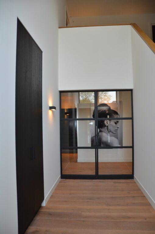 drijvers-oisterwijk-interieur-nieuwbouw-villa-zwarte-kozijnen-modern-meubels-keuken-sanitair-armaturen (12)