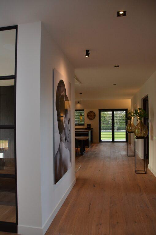 drijvers-oisterwijk-interieur-nieuwbouw-villa-zwarte-kozijnen-modern-meubels-keuken-sanitair-armaturen (15)
