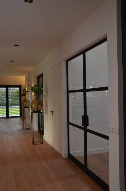 drijvers-oisterwijk-interieur-nieuwbouw-villa-zwarte-kozijnen-modern-meubels-keuken-sanitair-armaturen (16)