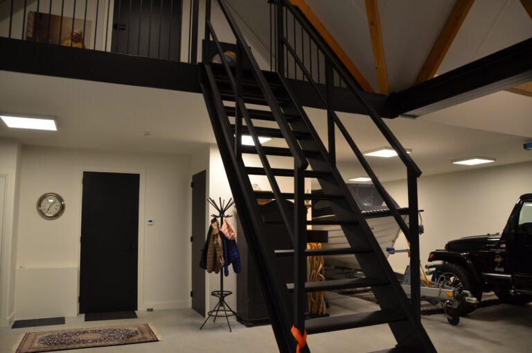 drijvers-oisterwijk-interieur-nieuwbouw-villa-zwarte-kozijnen-modern-meubels-keuken-sanitair-armaturen (2)