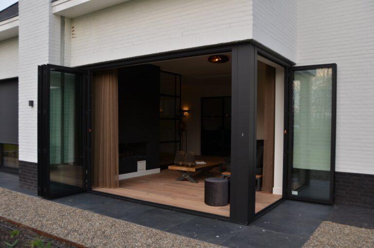 drijvers-oisterwijk-interieur-nieuwbouw-villa-zwarte-kozijnen-modern-meubels-keuken-sanitair-armaturen (22)