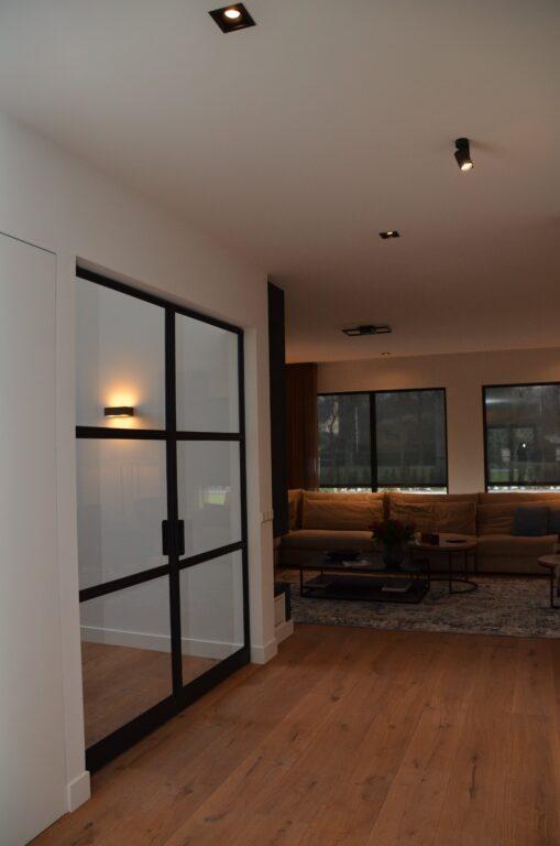 drijvers-oisterwijk-interieur-nieuwbouw-villa-zwarte-kozijnen-modern-meubels-keuken-sanitair-armaturen (23)