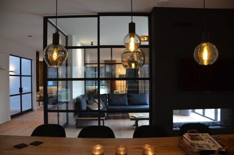 drijvers-oisterwijk-interieur-nieuwbouw-villa-zwarte-kozijnen-modern-meubels-keuken-sanitair-armaturen (24)
