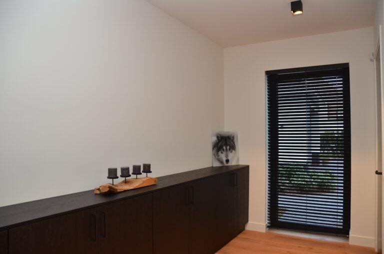 drijvers-oisterwijk-interieur-nieuwbouw-villa-zwarte-kozijnen-modern-meubels-keuken-sanitair-armaturen (28)