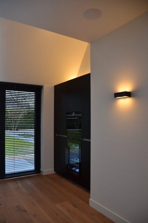 drijvers-oisterwijk-interieur-nieuwbouw-villa-zwarte-kozijnen-modern-meubels-keuken-sanitair-armaturen (29)
