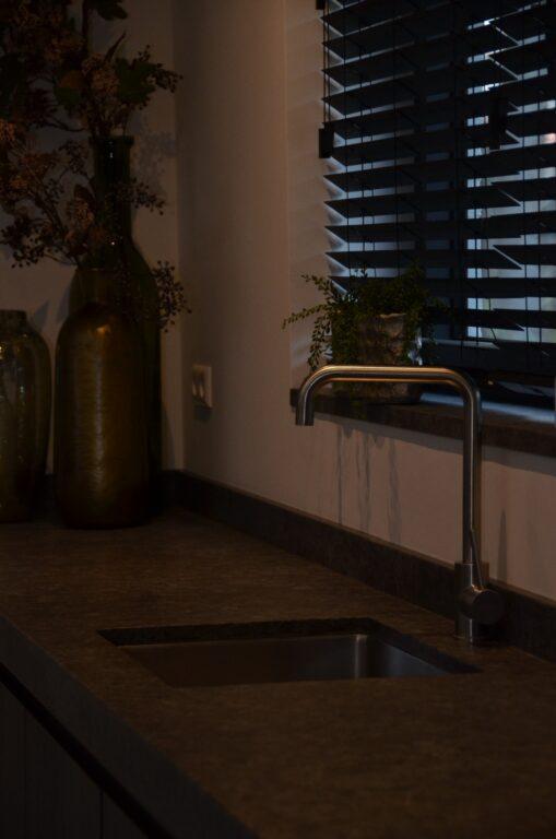 drijvers-oisterwijk-interieur-nieuwbouw-villa-zwarte-kozijnen-modern-meubels-keuken-sanitair-armaturen (30)