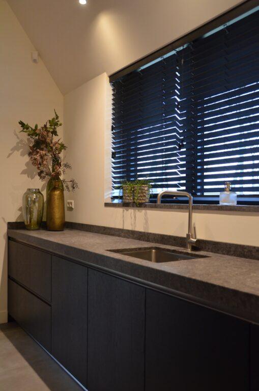 drijvers-oisterwijk-interieur-nieuwbouw-villa-zwarte-kozijnen-modern-meubels-keuken-sanitair-armaturen (31)