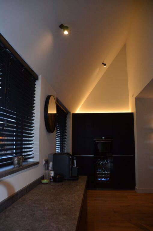 drijvers-oisterwijk-interieur-nieuwbouw-villa-zwarte-kozijnen-modern-meubels-keuken-sanitair-armaturen (32)