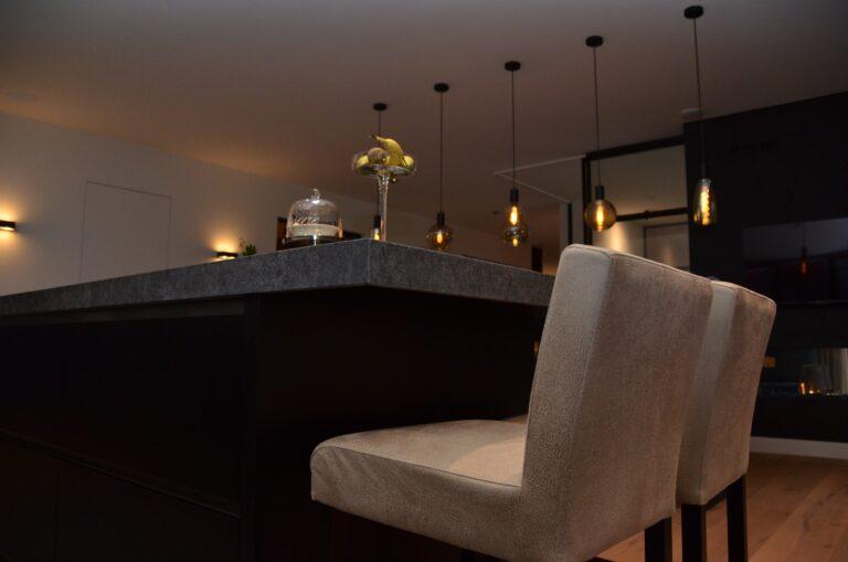 drijvers-oisterwijk-interieur-nieuwbouw-villa-zwarte-kozijnen-modern-meubels-keuken-sanitair-armaturen (33)
