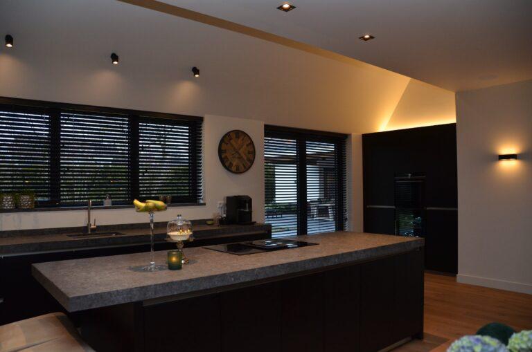 drijvers-oisterwijk-interieur-nieuwbouw-villa-zwarte-kozijnen-modern-meubels-keuken-sanitair-armaturen (34)