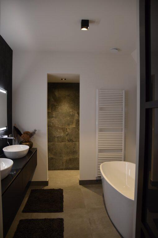 drijvers-oisterwijk-interieur-nieuwbouw-villa-zwarte-kozijnen-modern-meubels-keuken-sanitair-armaturen (40)