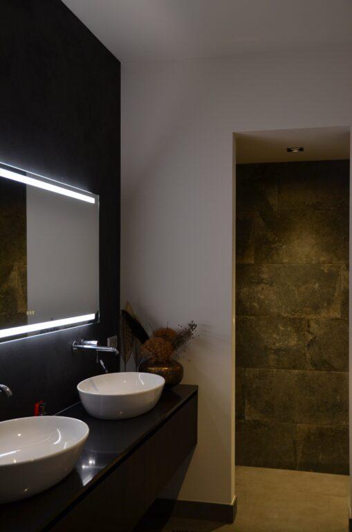 drijvers-oisterwijk-interieur-nieuwbouw-villa-zwarte-kozijnen-modern-meubels-keuken-sanitair-armaturen (41)