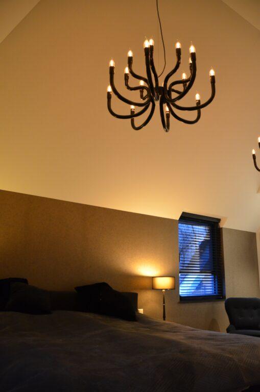 drijvers-oisterwijk-interieur-nieuwbouw-villa-zwarte-kozijnen-modern-meubels-keuken-sanitair-armaturen (43)