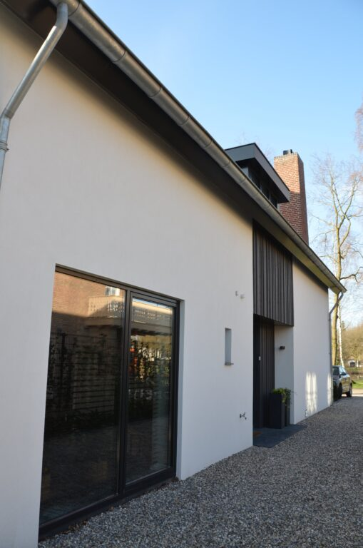 drijvers-oisterwijk-verbouwing-exterieur-interieur-particulier-modern-gemoderniseerd-houten-gevel-spanten-zwembad-wit-stucwerk-pannendak (11)