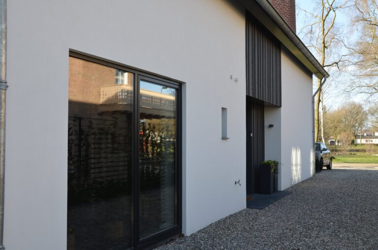 drijvers-oisterwijk-verbouwing-exterieur-interieur-particulier-modern-gemoderniseerd-houten-gevel-spanten-zwembad-wit-stucwerk-pannendak (12)