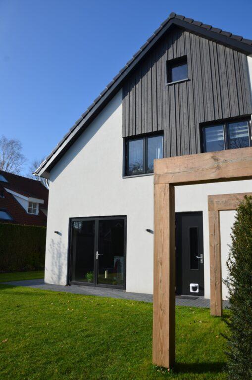 drijvers-oisterwijk-verbouwing-exterieur-interieur-particulier-modern-gemoderniseerd-houten-gevel-spanten-zwembad-wit-stucwerk-pannendak (13)