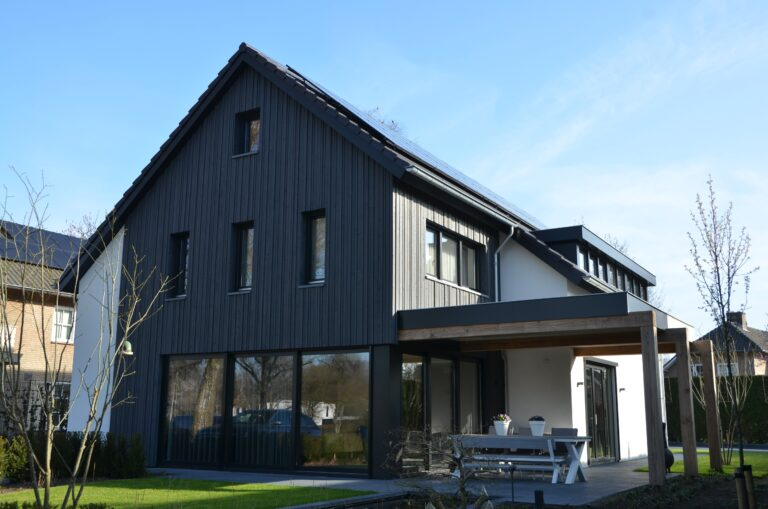 drijvers-oisterwijk-verbouwing-exterieur-interieur-particulier-modern-gemoderniseerd-houten-gevel-spanten-zwembad-wit-stucwerk-pannendak (16)