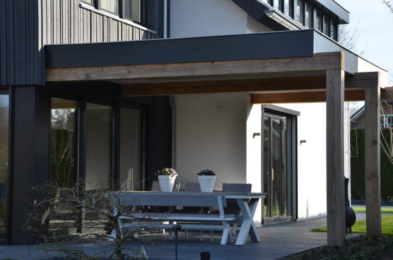 drijvers-oisterwijk-verbouwing-exterieur-interieur-particulier-modern-gemoderniseerd-houten-gevel-spanten-zwembad-wit-stucwerk-pannendak (17)