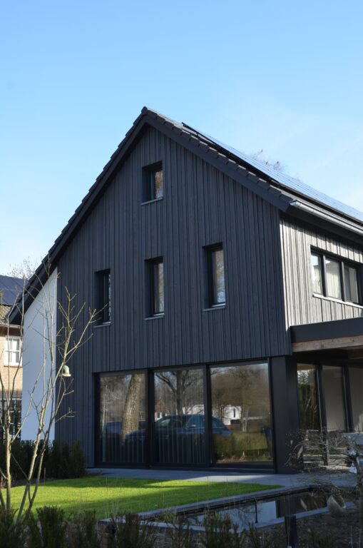 drijvers-oisterwijk-verbouwing-exterieur-interieur-particulier-modern-gemoderniseerd-houten-gevel-spanten-zwembad-wit-stucwerk-pannendak (18)