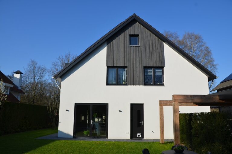 drijvers-oisterwijk-verbouwing-exterieur-interieur-particulier-modern-gemoderniseerd-houten-gevel-spanten-zwembad-wit-stucwerk-pannendak (22)