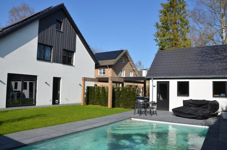 drijvers-oisterwijk-verbouwing-exterieur-interieur-particulier-modern-gemoderniseerd-houten-gevel-spanten-zwembad-wit-stucwerk-pannendak (26)