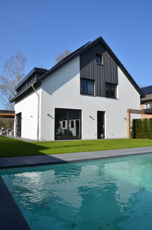 drijvers-oisterwijk-verbouwing-exterieur-interieur-particulier-modern-gemoderniseerd-houten-gevel-spanten-zwembad-wit-stucwerk-pannendak (27)