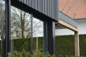 drijvers-oisterwijk-verbouwing-exterieur-interieur-particulier-modern-gemoderniseerd-houten-gevel-spanten-zwembad-wit-stucwerk-pannendak (3)